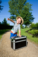 kleiner Junge mit einem Koffer