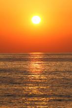 Głęboki kolor pomarańczowy zachód słońca na plaży