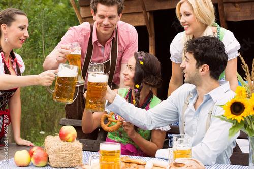 Mit Freunden im Biergarten