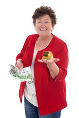 Geld Konzept: ältere lachende Frau mit Gold Barren