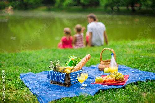 Deurstickers Picknick Family picnicking
