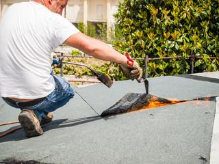 colare catrame sul tetto