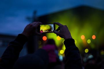 Człowiek robiący zdjęcie na koncercie