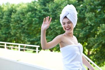 Девушка после душа в банном полотенце