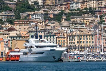 Yacht di lusso nel porto
