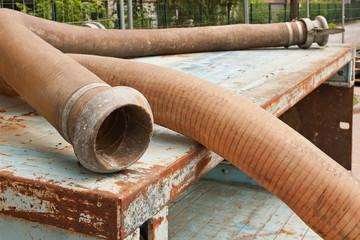 Dicke Schläuche für eine Pumpe zur Grundwasserabsenkung
