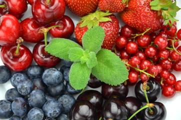 mieszanka owoców, truskawki, czereśnie, porzeczki, jagody,