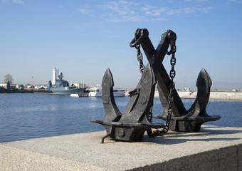 Скрещенные морские якоря на фоне Петровской гавани. Кронштадт