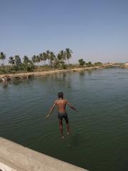 Baño junto al río en Hampi (India)