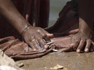 Vida cotidiana en un puente en Hampi (India)