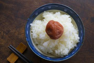 梅干とご飯(日本の食卓象徴イメージ)