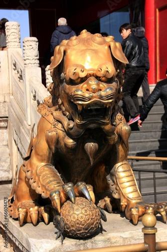 lion protecteur en bronze Poster