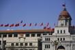 bâtiment orné de drapeaux chinois