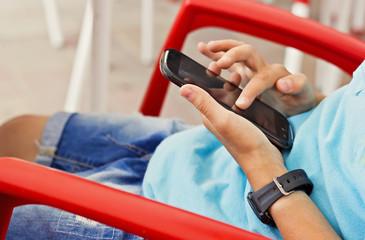 Niño con smartphone en las manos