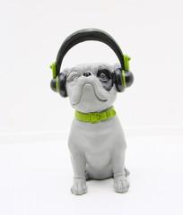 chien déco qui écoute de la musique