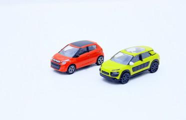 voitures miniatures, sur fond blanc