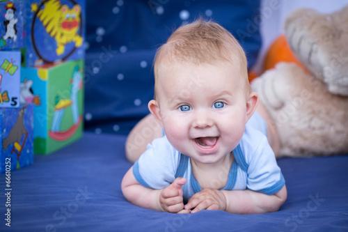 Bébé heureux - 66610252
