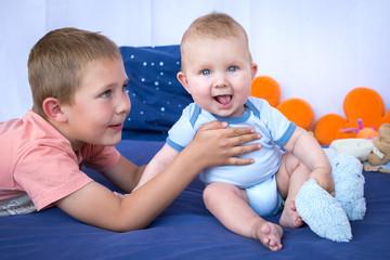 Jeune garçon et son petit frère