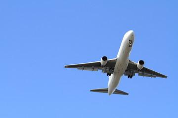 着陸する飛行機(B767)