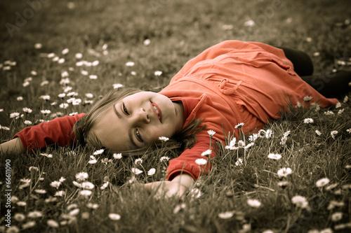 canvas print picture enfant dans l'herbe