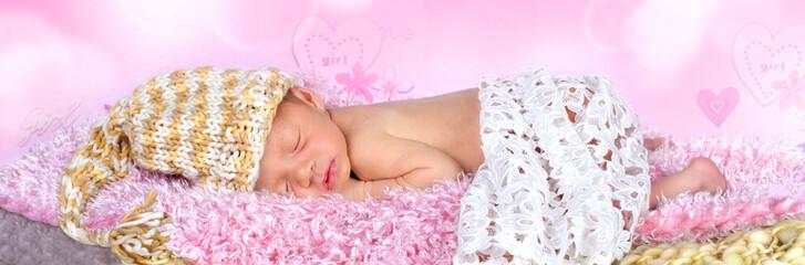 neugeborenes Baby schläft auf weichen Fell