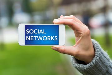 Social Networks Handy gehalten