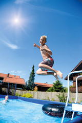 Sommer im Pool im Garten