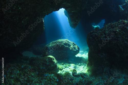 Tuinposter Koraalriffen Sunshine in underwater cave
