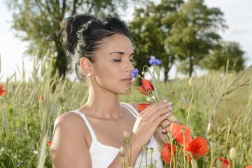 junge Frau mit Kornblume