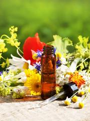 Homöopathische Tropfen mit Heilpflanzen