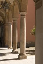colonnes de pierre vieux dans la cour, Volpedo, Italie