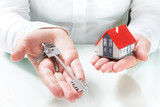 realtor give keys to house