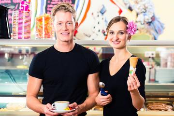 Eisverkäuferin und Kellner arbeiten in Eisdiele