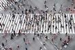 Leinwanddruck Bild - Fußgänger überqueren eine Straße