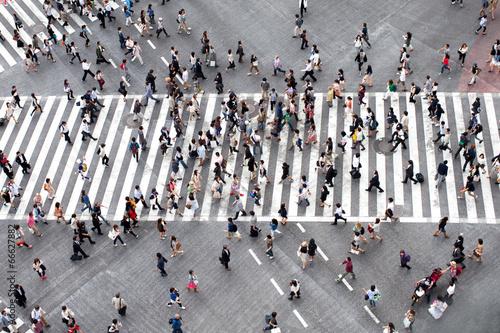 Fotobehang Tokyo Fußgänger überqueren eine Straße