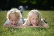 Geschwister im Park
