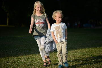 Zwei Kinder im Park