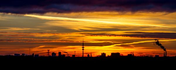Hamburger Skyline bei Sonnenaufgang