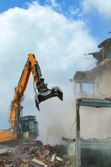 engin de demolition sur chantier kazy