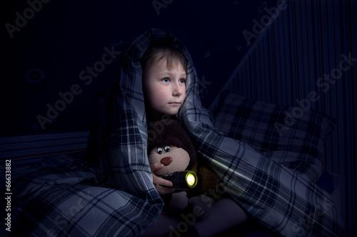 canvas print picture Kind versteckt sich unter der Decke