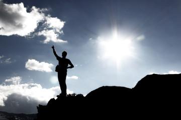 Persona indica il cielo