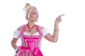Bayerisches Mädchen im Dirndl mit Zeigefinger isoliert