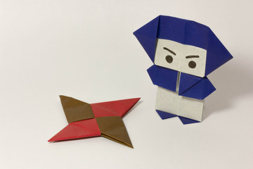 折り紙の忍者-真面目と手裏剣1つ