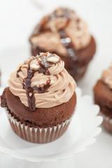 Cupcake al cioccolato isolato su sfondo bianco
