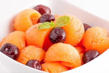 Macedonia di melone e ciliegine