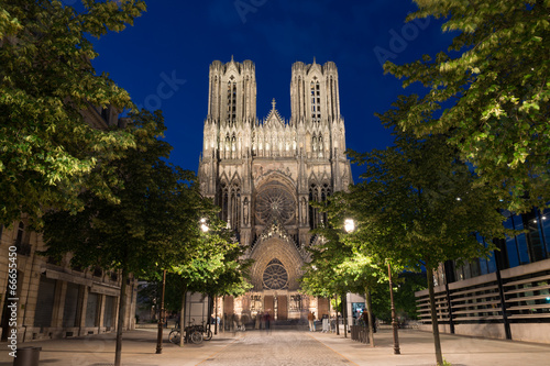 Canvas Bedehuis Famous Notre-Dame de Reims at twilight