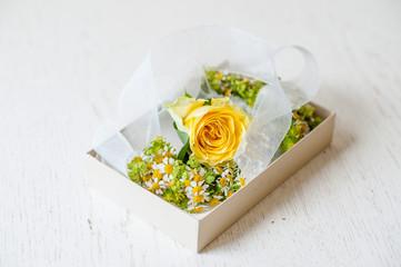Bracciale di fiori freschi per damigelle nella scatola