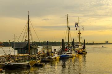 Segelboote bei Sonnenuntergang im Museumshafen Hamburg