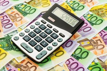Taschenrechner und Euro-Geldscheine