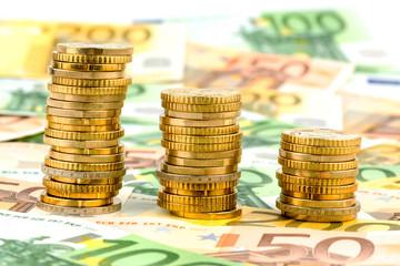 Stapel Geldmünzen, sinkende Kurve